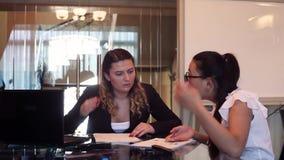 Δύο επιχειρησιακές γυναίκες που συζητούν τις δυσκολίες σε ένα επιχειρησιακό πρόγραμμα σε μια συνεδρίαση γραφείων σε έναν πίνακα απόθεμα βίντεο