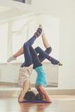 Δύο λεπτά κορίτσια κάνουν το acroyoga στο στούντιο Στοκ φωτογραφία με δικαίωμα ελεύθερης χρήσης