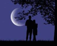 Δύο εραστές που αγκαλιάζουν και που εξετάζουν ένα φωτεινό φεγγάρι κάτω από μια Ρώμη ελεύθερη απεικόνιση δικαιώματος
