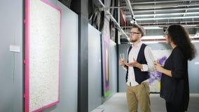 Δύο εραστές των σύγχρονων Καλών Τεχνών μοιράζονται τις σκέψεις τους για την εργασία του καλλιτέχνη φιλμ μικρού μήκους
