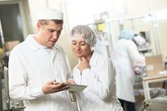 Δύο εργαζόμενοι βιομηχανίας φαρμακείων με το PC ταμπλετών Στοκ φωτογραφίες με δικαίωμα ελεύθερης χρήσης