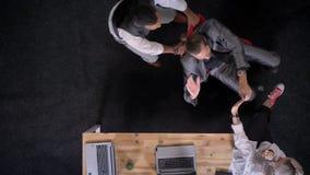 Δύο εργαζόμενοι γραφείων οδηγούν την καρέκλα, η επιχειρηματίας πίνει τη σαμπάνια στην αρχή, έννοια κομμάτων επιχείρησης, τοπ πυρο απόθεμα βίντεο