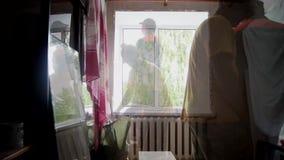 Δύο εργαζόμενοι εγκαθιστούν το πλαστικό παράθυρο απόθεμα βίντεο