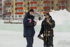 Δύο εργαζόμενοι επί του τόπου του πάγου στρατοπεδεύουν στοκ εικόνες με δικαίωμα ελεύθερης χρήσης