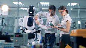 Δύο εργαζόμενοι μετρούν την τάση ενός cyborg απόθεμα βίντεο
