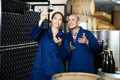 Δύο εργαζόμενοι οινοποιιών που κρατούν το ποτήρι του κρασιού Στοκ Εικόνες