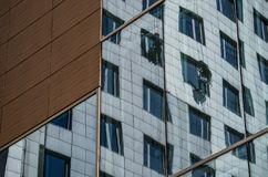 Δύο εργαζόμενοι πλένουν τα παράθυρα σε μια πολυκατοικία στοκ φωτογραφία με δικαίωμα ελεύθερης χρήσης