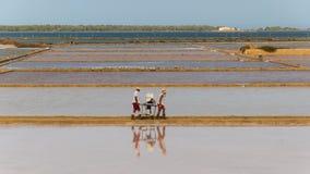 Δύο εργαζόμενοι στη δυτική ακτή αλατίζουν τα τηγάνια σε Marsala στοκ φωτογραφία με δικαίωμα ελεύθερης χρήσης