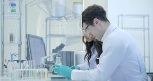 Δύο εργασίες επιστημόνων ιατρικής έρευνας με το κιβώτιο δειγμάτων στην απομόνωση απόθεμα βίντεο