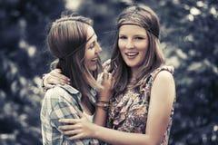 Δύο ευτυχή κορίτσια εφήβων που περπατούν στο θερινό δάσος στοκ φωτογραφία με δικαίωμα ελεύθερης χρήσης