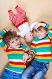 Δύο ευτυχή μικρά προσχολικά αγόρια παιδιών με το νεογέννητο κοριτσάκι Στοκ εικόνες με δικαίωμα ελεύθερης χρήσης