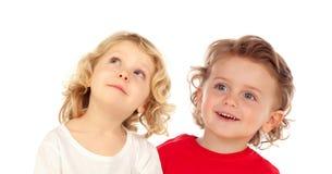 Δύο ευτυχή παιδιά που ανατρέχουν Στοκ φωτογραφία με δικαίωμα ελεύθερης χρήσης