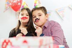 Δύο ευτυχή παιδιά που έχουν τη διασκέδαση στη γιορτή γενεθλίων Στοκ Φωτογραφίες