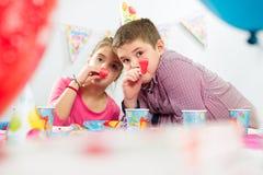 Δύο ευτυχή παιδιά που έχουν τη διασκέδαση στη γιορτή γενεθλίων Στοκ φωτογραφίες με δικαίωμα ελεύθερης χρήσης
