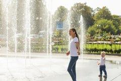 Δύο ευτυχή παιδιά που παίζουν στην πηγή Στοκ Εικόνες