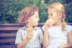 Δύο ευτυχή παιδιά που παίζουν στο πάρκο στο χρόνο ημέρας Στοκ Φωτογραφία