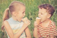 Δύο ευτυχή παιδιά που παίζουν στο πάρκο Στοκ φωτογραφία με δικαίωμα ελεύθερης χρήσης