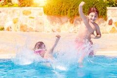 Δύο ευτυχή παιδιά στη λίμνη στοκ φωτογραφία