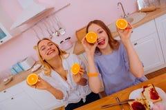 Δύο ευτυχείς αδελφές που αισθάνονται να καταπλήξει έχοντας το πρόγευμα από κοινού στοκ φωτογραφίες με δικαίωμα ελεύθερης χρήσης
