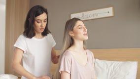 Δύο ευτυχείς αδελφές που περνούν το Σαββατοκύριακο από κοινού απόθεμα βίντεο