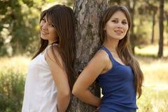 Δύο ευτυχείς αδελφές στο πάρκο Στοκ Φωτογραφίες