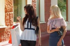 Δύο ευτυχείς γυναίκες με τις τσάντες αγορών στοκ εικόνα με δικαίωμα ελεύθερης χρήσης