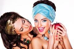 Δύο ευτυχείς γυναίκες που κρατούν τη Apple - υγιής έννοια τροφίμων Στοκ φωτογραφία με δικαίωμα ελεύθερης χρήσης