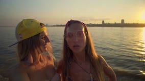Δύο ευτυχείς γυναίκες που παίρνουν selfie τις φωτογραφίες απόθεμα βίντεο