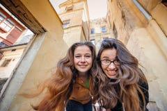 Δύο ευτυχείς γυναίκες που περπατούν σε παλαιό Lviv Στοκ εικόνα με δικαίωμα ελεύθερης χρήσης