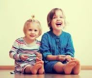Δύο ευτυχείς μικρές αδελφές Στοκ φωτογραφία με δικαίωμα ελεύθερης χρήσης