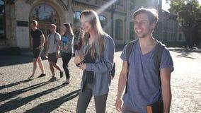 Δύο ευτυχείς σπουδαστές που περπατούν στη πανεπιστημιούπολη απόθεμα βίντεο