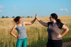 Δύο ευτυχείς φίλοι γυναικών δίνουν πέντε μετά από στοκ φωτογραφίες με δικαίωμα ελεύθερης χρήσης