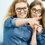 Δύο ευτυχείς φίλοι γυναικών που φορούν εξαρτήσεων τζιν Στοκ Εικόνες