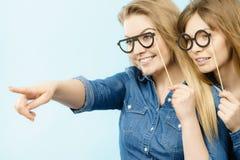 Δύο ευτυχείς φίλοι γυναικών που φορούν εξαρτήσεων τζιν Στοκ Φωτογραφίες