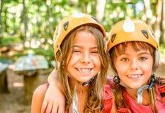Δύο ευτυχείς φίλες που χαμογελούν στο πάρκο περιπέτειας στοκ εικόνες
