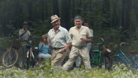 Δύο ευχάριστοι ηληκιωμένοι χορεύουν στο πάρκο απόθεμα βίντεο