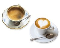 Δύο ευώδη φλιτζάνια του καφέ σε ένα πιατάκι με το ασημένιο εκλεκτής ποιότητας κουτάλι που απομονώνεται στο άσπρο υπόβαθρο Macchia στοκ φωτογραφίες