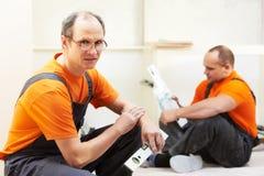Δύο εφαρμοστές κουζινών στην εργασία ξυλουργών Στοκ Φωτογραφία