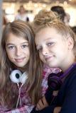 Δύο εφηβικά παιδιά που κρεμούν έξω Στοκ εικόνες με δικαίωμα ελεύθερης χρήσης