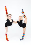 Δύο εύκαμπτα κορίτσια εφήβων που κάνουν τις ασκήσεις γυμναστικής σε ένα λευκό Στοκ φωτογραφία με δικαίωμα ελεύθερης χρήσης