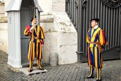 Δύο ελβετικές φρουρές παραδοσιακό σε ομοιόμορφο στο καθήκον σε μια πύλη Βατικάνου Στοκ Φωτογραφίες