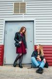 Δύο ελκυστικοί φίλοι νέων κοριτσιών που στέκονται μαζί και που θέτουν στη κάμερα Υπαίθρια νέος αρκετά καλύτερος φίλος κοριτσιών π Στοκ Εικόνες