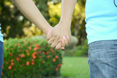 Δύο ζευγάρια παραδίδουν την αγάπη διατηρούν τη συνοχή tenderly Στοκ φωτογραφία με δικαίωμα ελεύθερης χρήσης