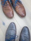 Δύο ζευγάρια του toe παπουτσιών στο toe σε ένα ξύλινο πάτωμα Στοκ φωτογραφία με δικαίωμα ελεύθερης χρήσης