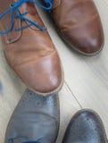 Δύο ζευγάρια του toe παπουτσιών στο toe σε ένα ξύλινο πάτωμα Στοκ Εικόνες
