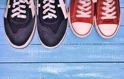 Δύο ζευγάρια των αθλητικών πάνινων παπουτσιών στοκ φωτογραφίες