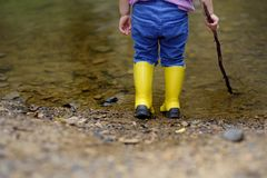 Δύο ζευγάρια των μόνιμων παιδιών παιδιών ` s χρώματος gumboots στοκ εικόνες με δικαίωμα ελεύθερης χρήσης