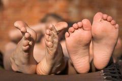 Δύο ζευγάρια των ποδιών των παιδιών Στοκ φωτογραφία με δικαίωμα ελεύθερης χρήσης
