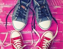 Δύο ζευγάρια των υφαντικών πάνινων παπουτσιών με τις χαλαρές δαντέλλες στοκ φωτογραφίες με δικαίωμα ελεύθερης χρήσης