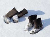 Δύο ζευγάρια των χειμερινών υποδημάτων Στοκ φωτογραφία με δικαίωμα ελεύθερης χρήσης